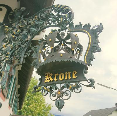 Metall-Türschild der Krone Wiechs. Klassicher Stil aus Metall mit stilisierter Krone. Der Schiftzug in Gold.