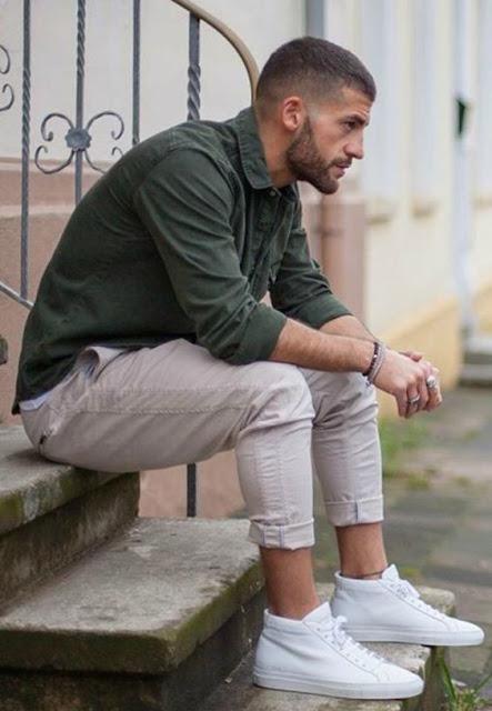 look masculino verde militar e tênis branco