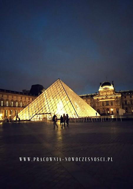 piramida oświetlona