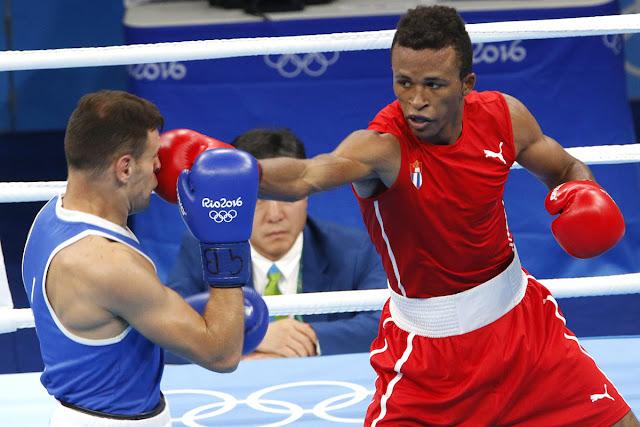 Lázaro Álvarez (rojo) de Cuba, se enfrenta a Carmine Tommasone (azul) de Italia, en las preliminares de la categoría de los 60 Kg del boxeo de los Juegos Olímpicos de Río de Janeiro, en el Pabellón 6 de Riocentro, en Barra de Tijuca,  Brasil, el 9 de agosto de 2016.