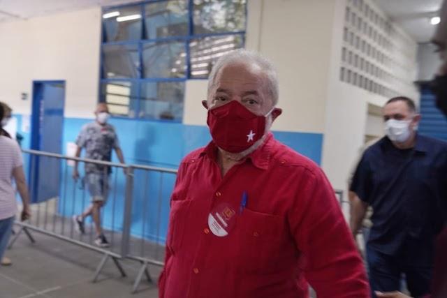 O Ex Presidente Lula recebe alta de hospital em SP após ser  diagnosticado e internado com bactérias no sangue.