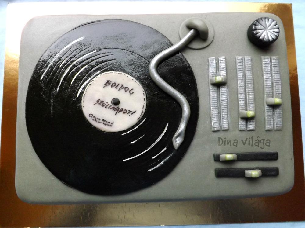 boldog születésnapot dj DJ pult, alias mogyorós csokoládétorta (vagy simán lemezjátszó) boldog születésnapot dj