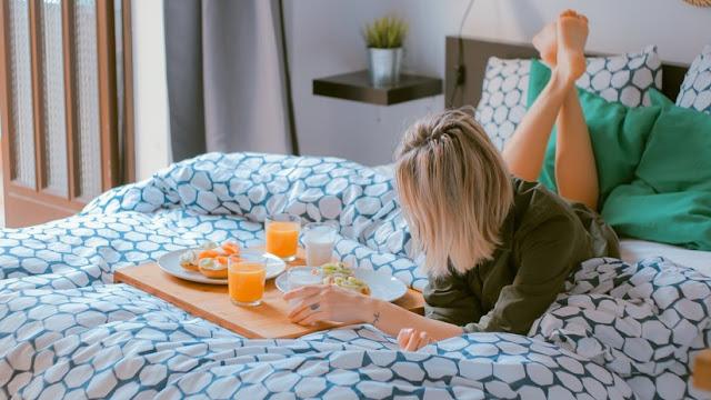Demuestran cómo se resiente tu salud si pasas dos semanas tumbado en el sofá