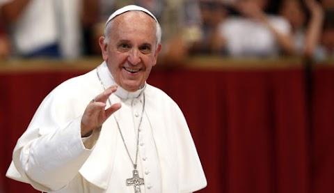 Ferenc pápa óriás székely kapun át érkezik, és arany rózsát hoz Csíksomlyóra