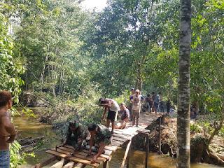 Kembalikan Aktivitas Warga,  Satgas Pamtas 643 Bangun Jembatan Roboh