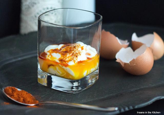 Pochierte Eier mit Knoblauch-Joghurt-Sauce und Paprikaschaum