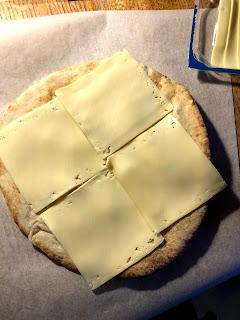 チーズを乗せたピザ生地