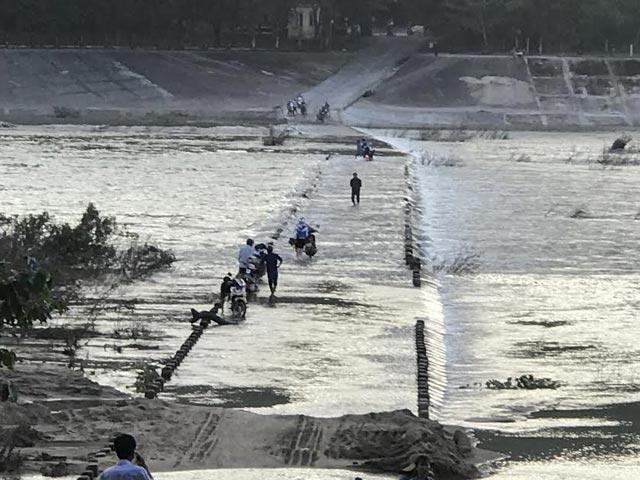 Quảng Ngãi Bờ tràn nước chảy xiết người dân vẫn bất chấp băng qua