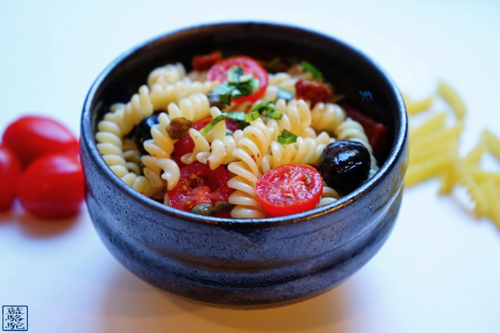 Le Chameau Bleu - Salade de pâte - Tomate - Câpre - Olive - Ngo Gai