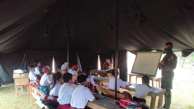 Personel Satgas TMMD Bantu Mengajar Murid SD di Tenda Darurat