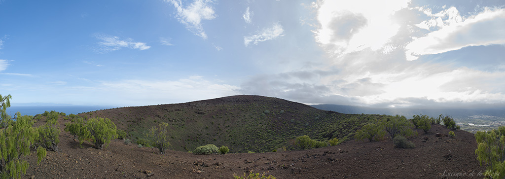 Panorámica del cráter de Montaña Grande o Montaña del Socorro. El cráter tiene casi 300 metros de diámetro en su parte más ancha.
