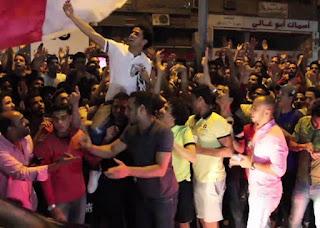 فيديو - «وداع يليق بالزمالكاوي».. «وايت نايتس» يفاجئون عمر جابر بـ«الشماريخ» تحت منزله