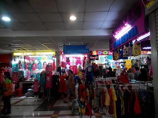 Salah satu lantai di Blok B Tanah Abang yang banyak dipenuhi pedagang baju anak