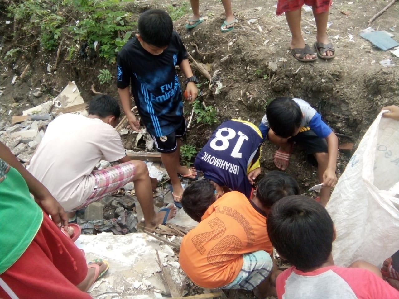 Bikin Curiga, Begini Foto Anak-Anak Main KTP-el di Duren Sawit