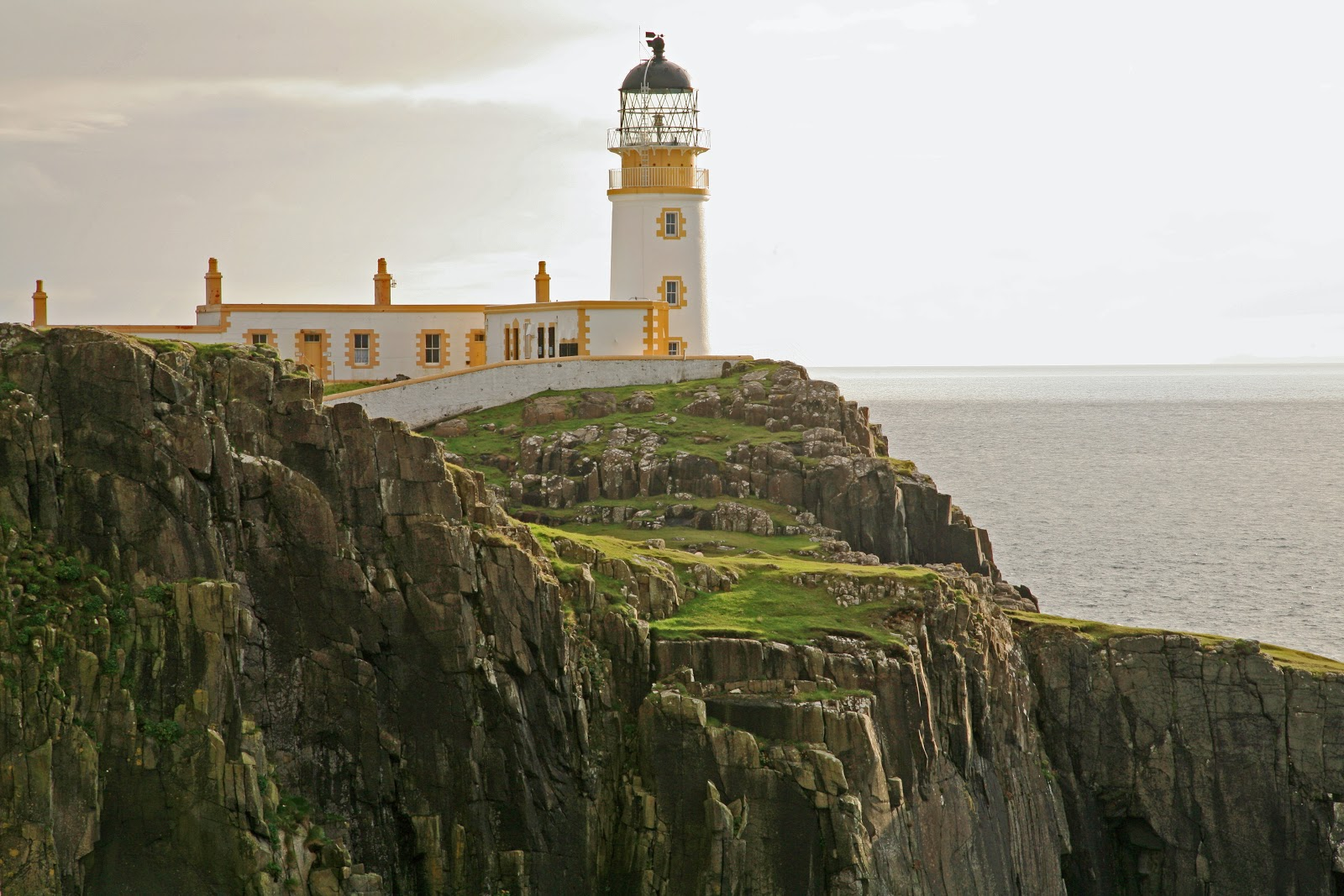 Маяк Нейст-Пойнт на острове Скай в Шотландии