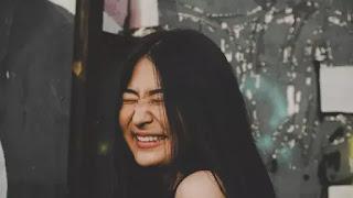 Jauhi Stres, Ini Sejumlah Manfaat dari Tertawa