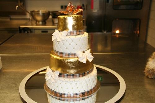 Torten Dekorieren Hochzeitstorte mit 23 Karat Blattgold