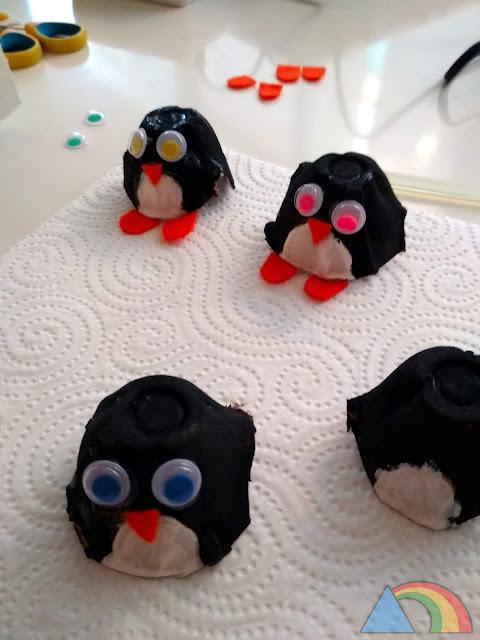 Pingüinos hechos con hueveras, fieltro naranja y ojitos móviles