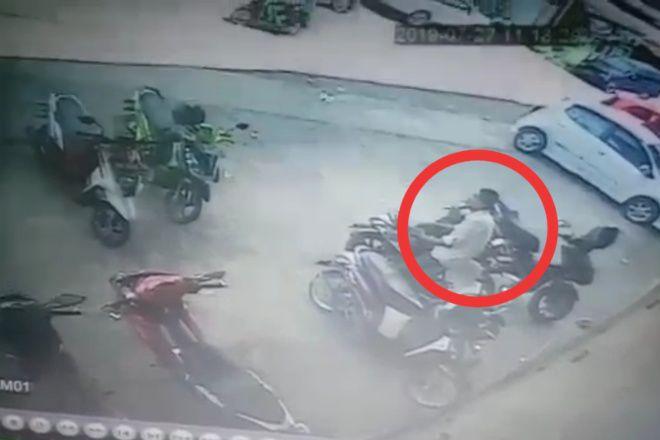 Aksi Pencurian Helm di Parkiran Kredit Plus Bone Terciduk CCTV