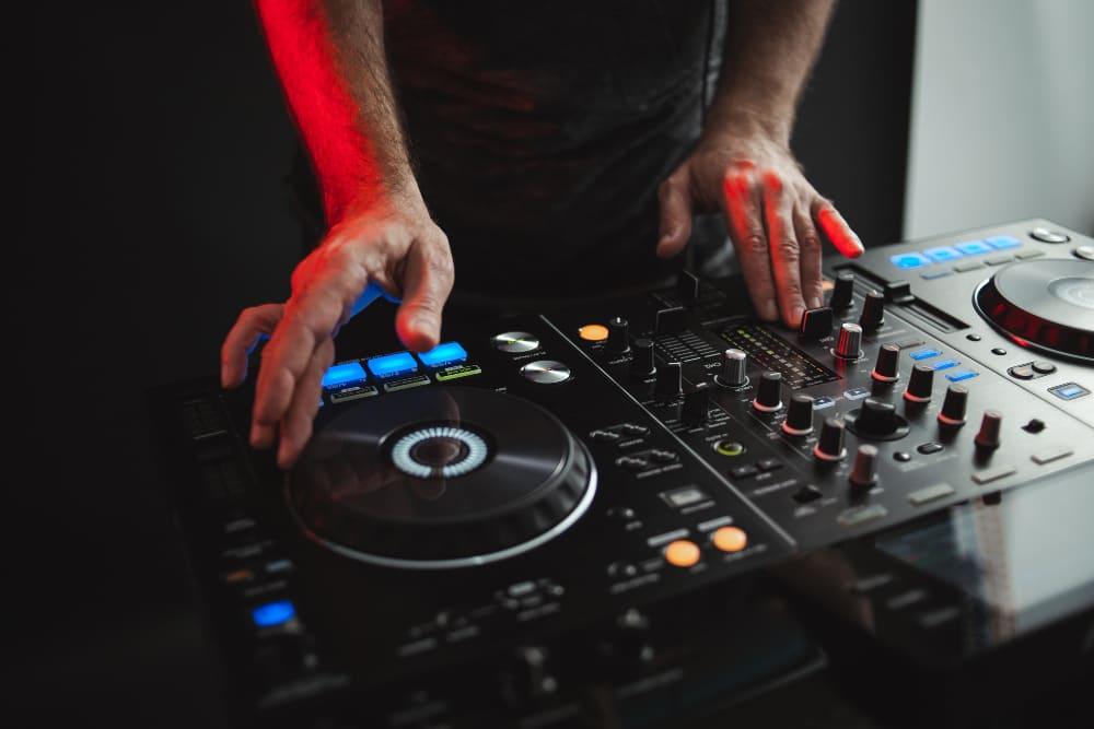 Los mejores accesorios para DJs profesionales