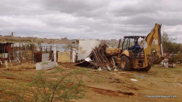 Prefeitura faz a retirada de currais às margens do Açude da Manhosa, em Santa Cruz do Capibaribe