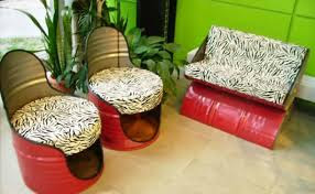 Juego de sala roja hecha con tambos.