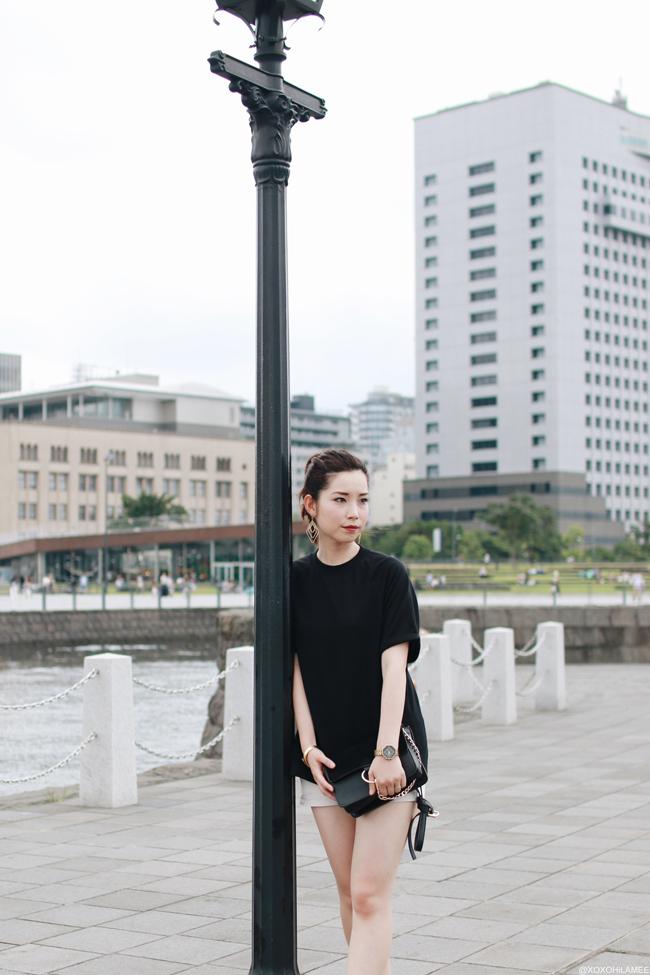 ファッションブロガー日本人、今日のコーデ、SheInブラックスウェットTシャツ、BOBSONショートパンツ、BIRKENSTOCKサンダル、ゴールドアクセサリー、ほとんどブラック リラックス大人カジュアルスタイルコーデ