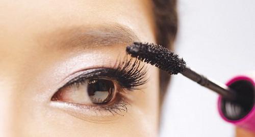 Các mẹo chốt mascara phù hợp như dùng mi giả