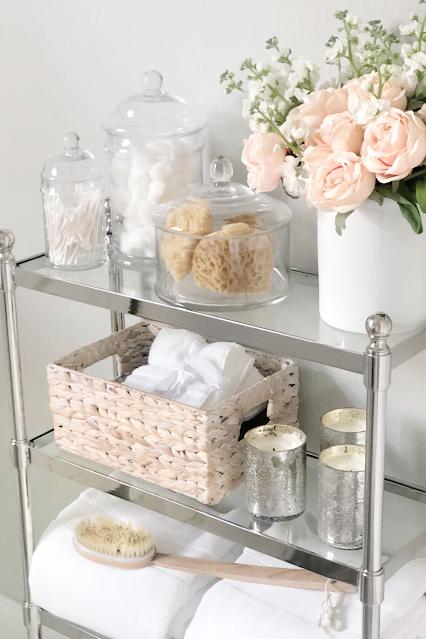 decoração de banheiros femininos cestas e flores