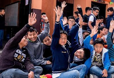 Samsung dona escritorio a escuela guatemalteca