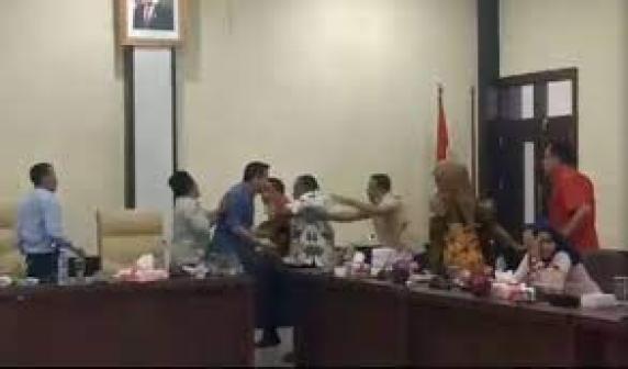 VIDEO: Lagi Bahas Uang, Dua Wakil Rakyat Ini Malah Adu Jotos