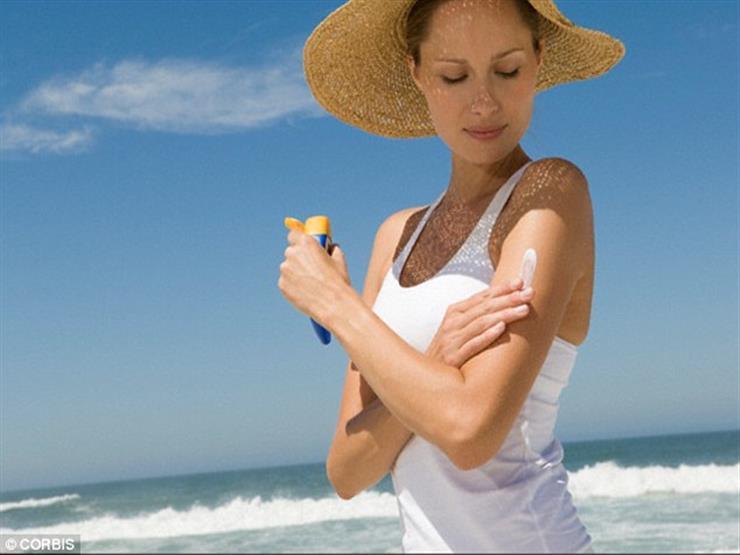 """مع اقتراب الصيف.. نوضح كيفية استخدام كريم واقي الشمس """"صن بلوك"""""""
