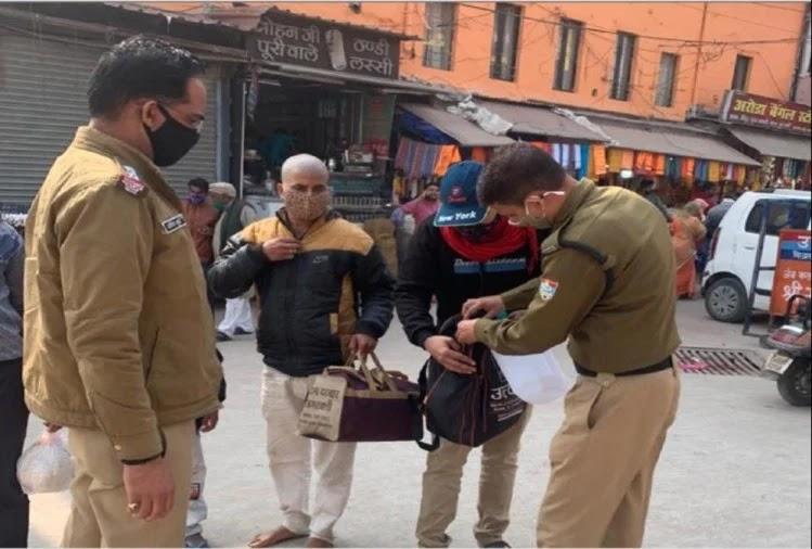 हरिद्वार में चेकिंग करती पुलिस