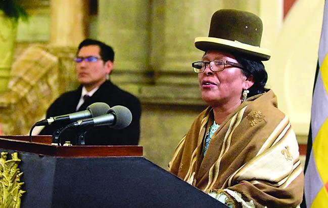 Ministra de Culturas invoca a grupos de pobladores de El Alto a que paren la violencia y se trabaje por Bolivia