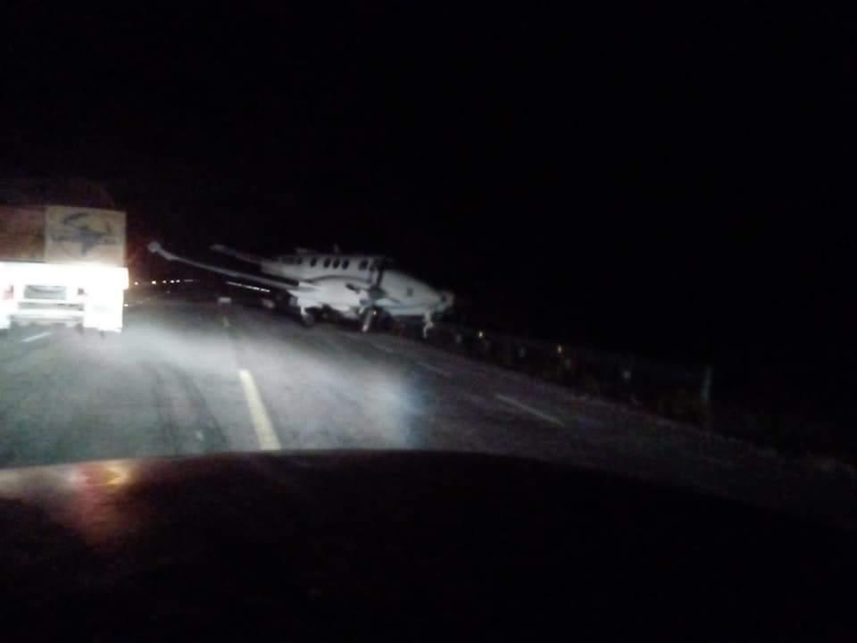 Narcoavioneta aterriza en carretera en Bacalar; Quintana Roo y Soldados se enfrentan a los Narcos, hay un Militar muerto y un comandante herido