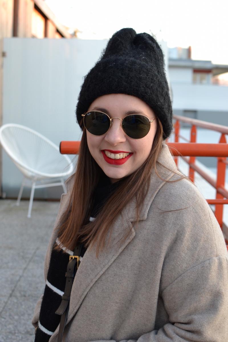 manteau long beige American Vintage, mariniére H&M, bonnet noir
