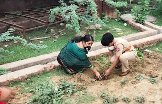 महिला मोर्चा अध्यक्ष व महिला थाना प्रभारी नीलेश कुमारी के साथ थाना परिसर उरई में वृक्षारोपड़ किया                                                                                                                                                      संवाददाता, Journalist Anil Prabhakar.                                                                                               www.upviral24.in