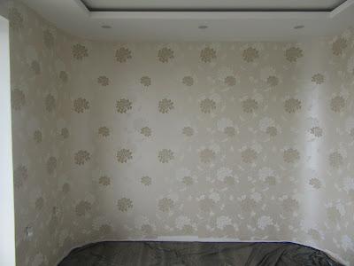 złota tapeta na ścianie w sypialni
