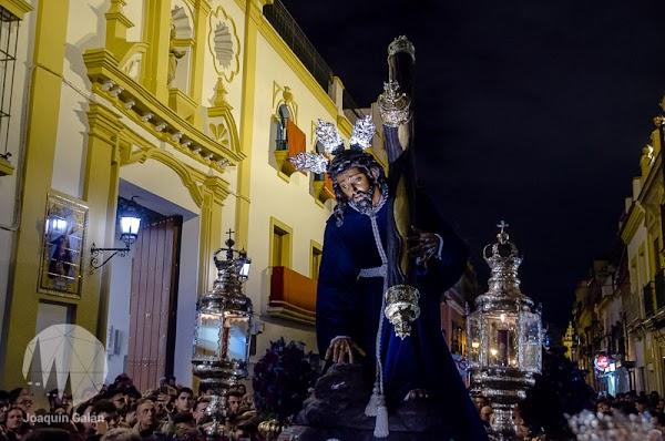 Triana le reza a su Cristo caído en Viacrucis