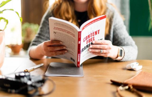 قراءة كتب أقل