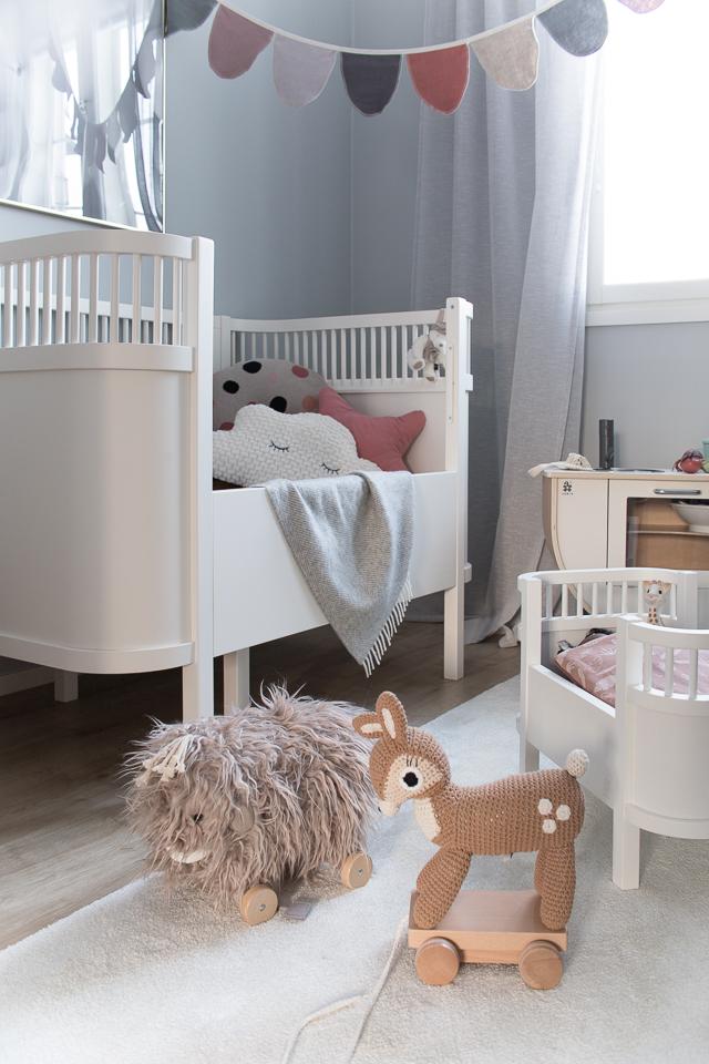 Villa H, lastenhuoneen sisustus, lastenhuone, lelut, nukensänky, vetolelut, mammutti