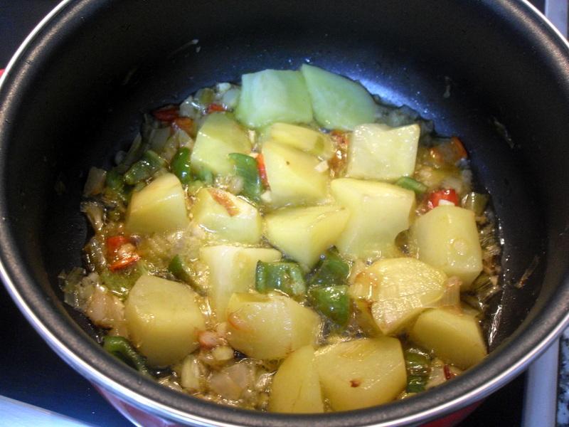 Rehogando las verduras del marmitako de salmón.