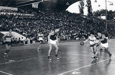 Türkiye'de basketbol ilk nerede oynanmıştır?