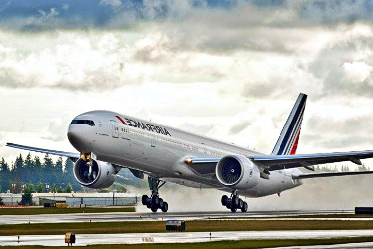 Uçak piste indiğinde akıl almaz bir süratte ilerliyordu, neredeyse ana terminal binasına çarpacaktı.