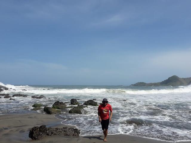 ombak dan batu karang pantai gebyuran pantai lampon kebumen
