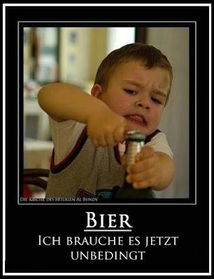 Brauche Bier lustig - Kleinkind versucht Bierflasche zu öffnen