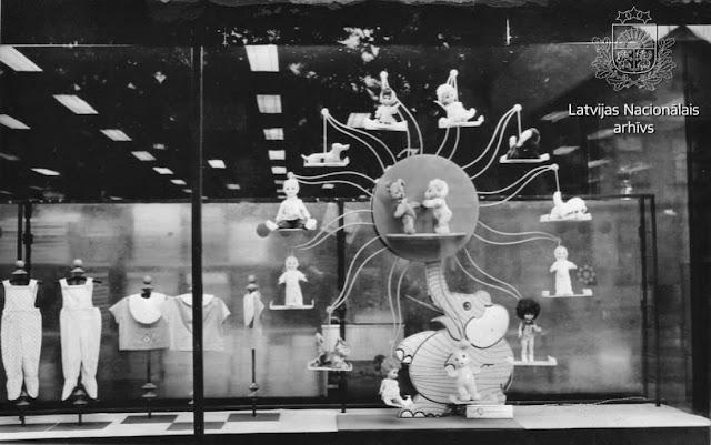 """1970 год. Рига. Подвижная композиция """"Слон"""" в витрине """"Детского мира"""" (считается, что впервые она появилась в витрине РЦУ в начале 1960-х годов) (автор фото: Jurijs Kuprijanovs)"""