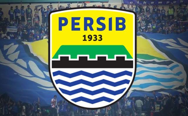 """pendukung fanatik dari persib """"Bobotoh"""" dan logo kebangaan Persib Bandung"""