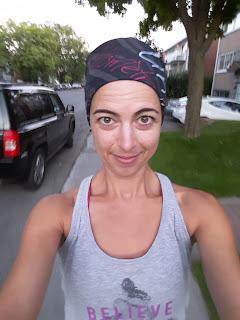 Coureuse souriante, rue de Montréal l'été