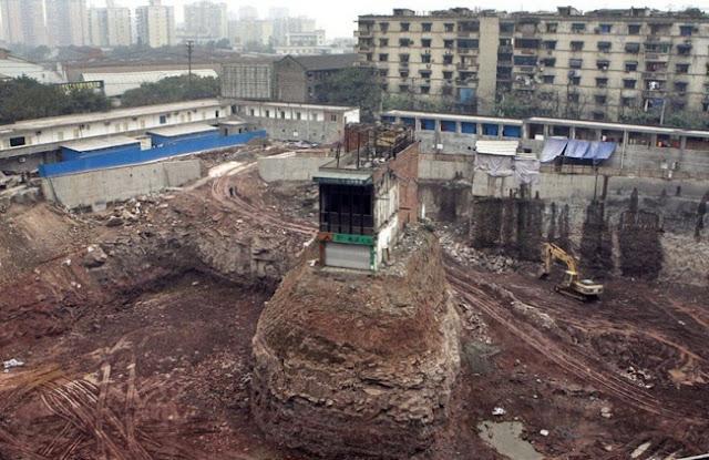 Moradores que se recusam a mudar para liberar espaço para novos edifícios